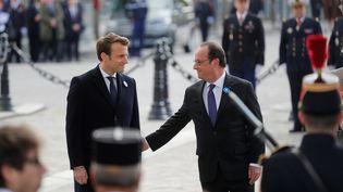 Le président élu de la République Emmanuel Macron et son prédécesseur François Hollande lors des commémorations du 8-mai, sous l'Arc de Triomphe à Paris, le 8 mai 2017.   (PHILIPPE WOJAZER / AFP)