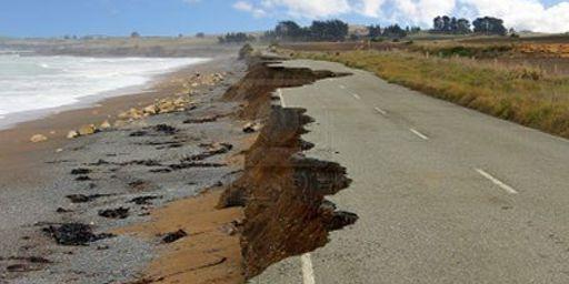 Route côtière au Togo grignotée par l'érosion. (mondequitable.onlc.eu)