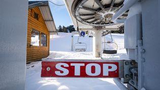 Un panneau Stop bloque l'accès aux télésièges, le 13 janvier 2021, au Mourtis (Haute-Garonne). (ADRIEN NOWAK / HANS LUCAS)