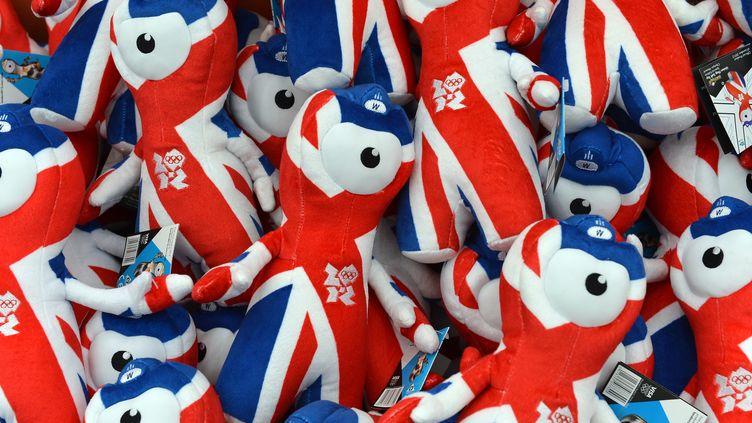 Des peluches à l'effigie des mascottes des JO de Londres, dans un magasinde Hyde Park, le 15 juillet 2012. (MIGUEL MEDINA / AFP)