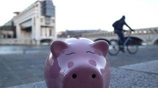 Un cochon tirelire devant le ministère de l'Economie et des Finances à Paris, quartier Bercy. Photo d'illustration. (BRUNO LEVESQUE / MAXPPP)