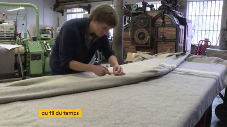 Dans une manufacture de Savoie, certains métiers à tisser ont été classés monuments historiques. On y réalise les mêmes gestes depuis 200 ans. (FRANCEINFO)