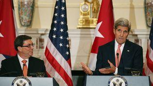 Le chef de la diplomatie américaine, John Kerry (D), et le ministre cubain des Affaires étrangères,Bruno Rodriguez, lors d'une conférence de presse commune à Washington (Etats-Unis), le 20 juillet 2015. (MARK WILSON / GETTY IMAGES NORTH AMERICA / AFP)
