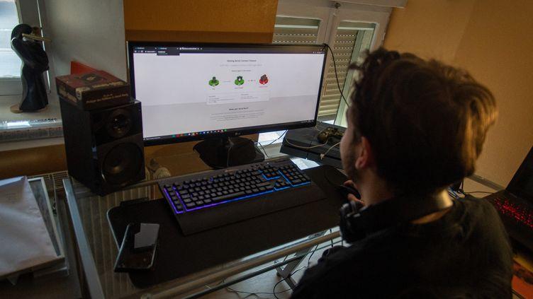 Un élève se connecte à sa plateforme d'enseignement à distance, le 7 avril 2021 à Metz (Moselle). (NICOLAS BILLIAUX / HANS LUCAS / AFP)