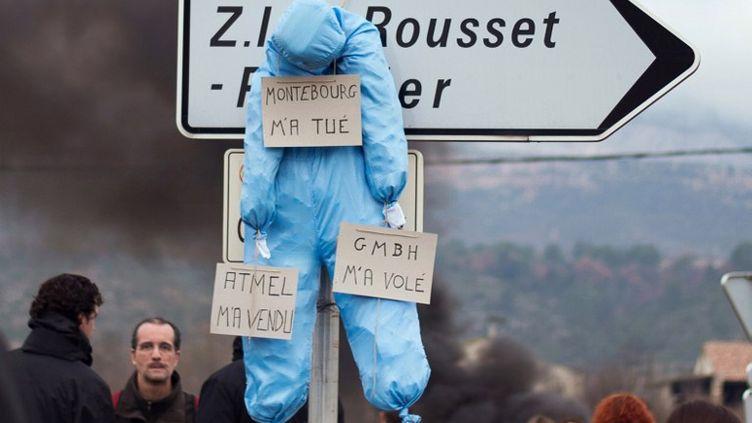 Manifestation de salariés de l'usine de LFoundry, dans la zone industrielle duRousset, près d'Aix-en-Provence (Bouches-du-Rhône) le 23 décembre 2013. (BERTRAND LANGLOIS / AFP)