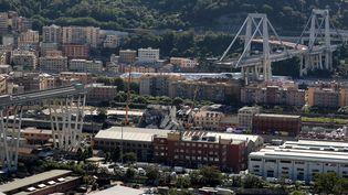 Le pont Morandi, après l'effondrement de sa section centrale, le 14 août 2018, à Gênes (Italie). (VALERY HACHE / AFP)