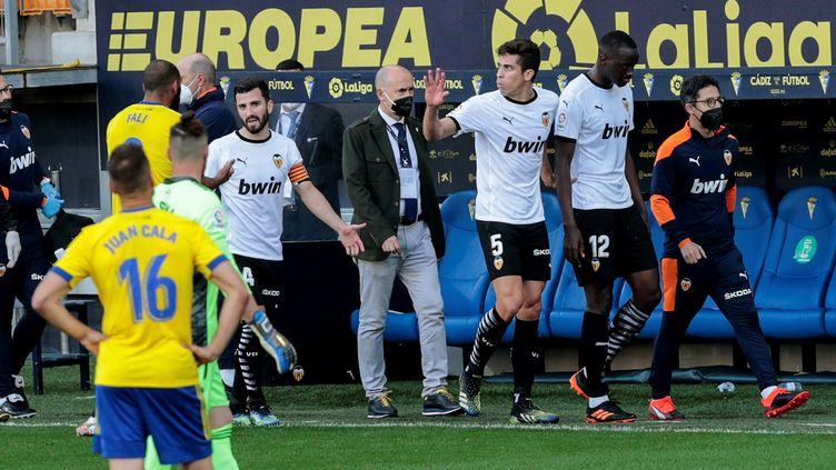 S'estimant victime d'insultes racistes, Mouctar Diakhaby quitte la pelouse après avoir prévenu l'arbitre. (ROMAN RIOS / EFE)