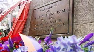 La plaque en mémoire deBrahim Bouarram, filmé le 1er mai 2013 à Paris. ( FRANCE 2 / FRANCETV INFO)