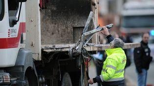 La ridelledu camion-benne, qui a cisaillé l'autocar, le 11 février 2016 à Rochefort (Charente-Maritime). (XAVIER LEOTY / AFP)