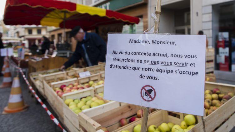 Un marché à Chambéry, pendant la crise sanitaire du Covid-19, le 21 mars 2020. Photo d'illustration. (VINCENT ISORE / MAXPPP)