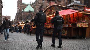 Une patrouille de gendarmes sur le marché de Noël à Strasbourg (Bas-Rhin), le 14 décembre 2018. (PATRICK HERTZOG / AFP)