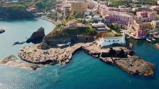 Après le confinement instauré à cause du coronavirus, l'Italie a décidé d'ouvrir ses frontières au tourisme. Même si, comme c'est le cas pour l'île de Ventotene, il existe des conditions. (France 2)