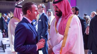 Le président Emmanuel Macron (à gauche) avec le prince héritier saoudien, Mohammed ben Salmane, au sommet du G20 en Argentine le 30 novembre 2018. (BANDAR ALGALOUD / SAUDI KINGDOM  / AFP)