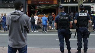 Des policiers en faction devant un bar de Rouen où s'est produit un incendie meurtrier, le 6 août 2016. (MATTHIEU ALEXANDRE / AFP)