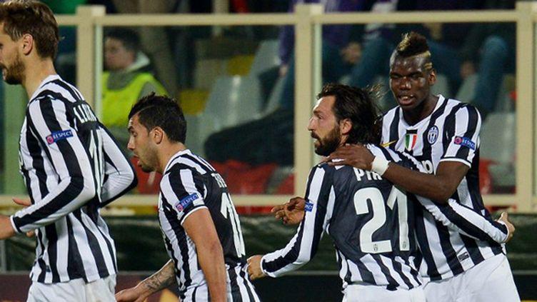 Les joueurs de la Juventus Turin heureux (Tevez et Pogba félicitent Pirlo) (VINCENZO?PINTO / AFP)