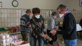 Distribution d'une aide alimentaire à Roncq (Nord) par les Restos du coeur, le 5 mai 2020. (THIERRY THOREL / MAXPPP)