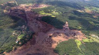 Une vue aérienne montrant la marée de boue qui s'est déversée sur d'immenses surfaces de végétation après la rupture d'un barrage minier àBrumadinho (Brésil), le 25 janvier 2019. (HO / MINAS GERAIS FIRE DEPARTMENT / AFP)