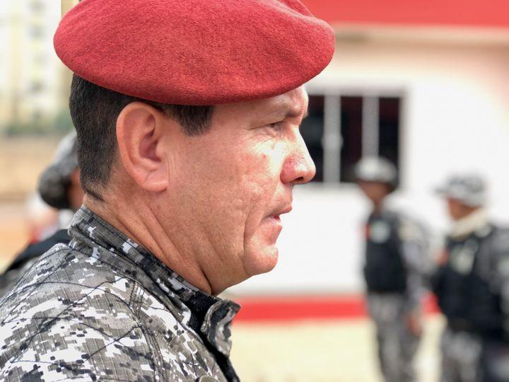Lemajor Guedes face aux hommes de la force nationale brésilienne. (MATTHIEU MONDOLONI / FRANCEINFO)