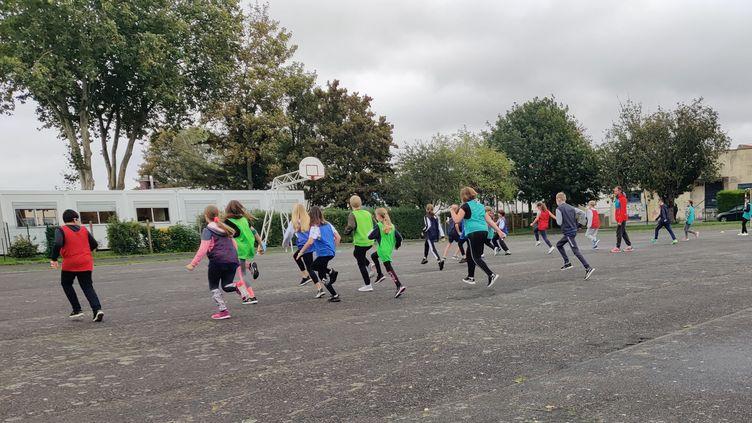 Un cours de sport d'une classe de 6ème au collège Jules Verne, à Rosières-en-Santerre. (ALEXANDRE BERTHAUD / DIR SPORTS)