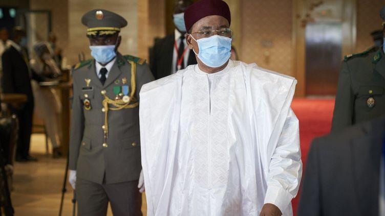 Le président nigérienMahamadou Issoufou, qui assure la présidence en exercice de la Cédéao, à Bamako le 23 juillet 2020. L'organisation sous-régionale s'est réunie par visioconférence le 27 juillet 2020 pour proposer une feuille de route de sortie de crise au Mali. (MICHELE CATTANI / AFP)
