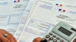 Un avis d'imposition sur le revenu le 20 septembre 2010 à Lille (Nord). (PHILIPPE HUGUEN / AFP)
