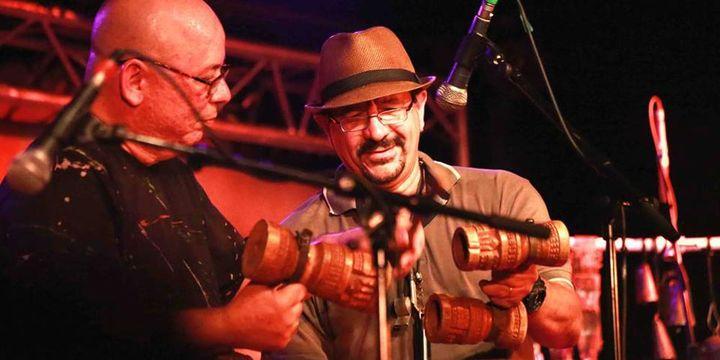 Petite séquence percussions pour le batteur Marcio Bahia et le percussionniste Fabio Pascoal, lors du spectacle du New Morning (22 juillet 2013)  (Catherine Ledrux)