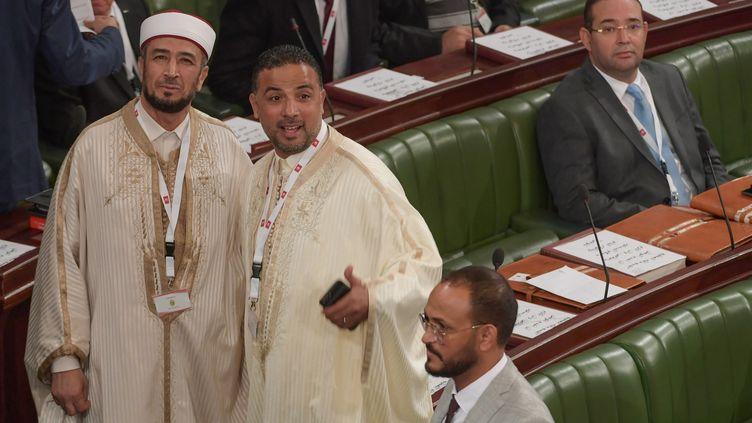 Deux députés de la coalition Al Karama : à gauche, l'ancien imamRidha Jaouadi; à droite, le fondateur et chef de file du parti,Seifeddine Makhlouf. Photo prise à l'Assemblée des représentants du peuple, leParlement tunisien, le 13 novembre 2019. (FETHI BELAID / AFP)