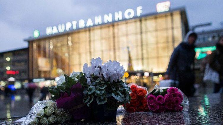 Cologne (Allemagne), le 7 janvier 2016. Fleurs déposées devant la gare après les incidents du Nouvel an 2015. (PHOTO: MAJA HITIJ/DPA)