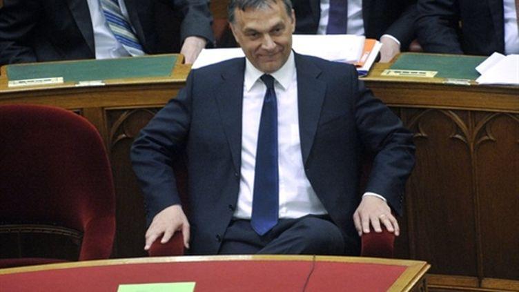 Le premier ministre hongrois Viktor Orban affiche sa satisfaction après le vote de la nouvele Constitution au Parlement (AFP - ATTILA KISBENEDEK)