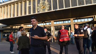 Des policiers arrivent à la station de train d'Arras, dans le nord de la France, le 21 août 2015 après une fusillade à bord d'un train Thalys. (PHILIPPE HUGUEN / AFP)