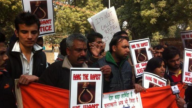 Des Indiens manifestants après la mort de l'étudiante violée par six hommes, le 29 décembre 2012 à New Delhi (Inde). (PIERRE MONEGIER / FRANCE 2)