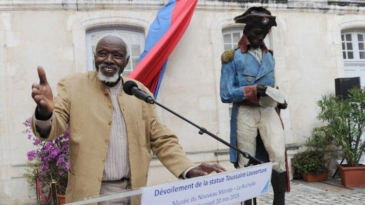 Ousmane Sow à La Rochelle devant sa statue de Toussaint-Louverture  (AFP / XAVIER LEOTY )