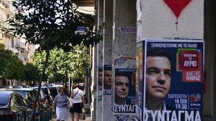 Des affiches représentant Alexis Tsipras, à Athènes (Grèce), le 17 septembre2015. (LOUISA GOULIAMAKI / AFP)