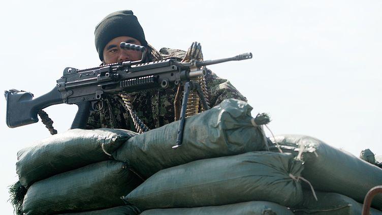 Un soldat afghan en poste devant la prison de Bagram, au nord de Kaboul (Afghanistan), le 13 février 2014. (SHAH MARAI / AFP)