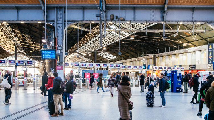 Des usagers à la gare du Nord, à Paris, le 23 décembre 2019. (MATHIEU MENARD / HANS LUCAS / AFP)