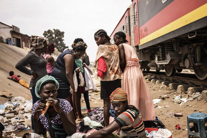 Femmes angolaises à Luanda, capitale du pays, le 22 août 2017. (MARCO LONGARI / AFP)