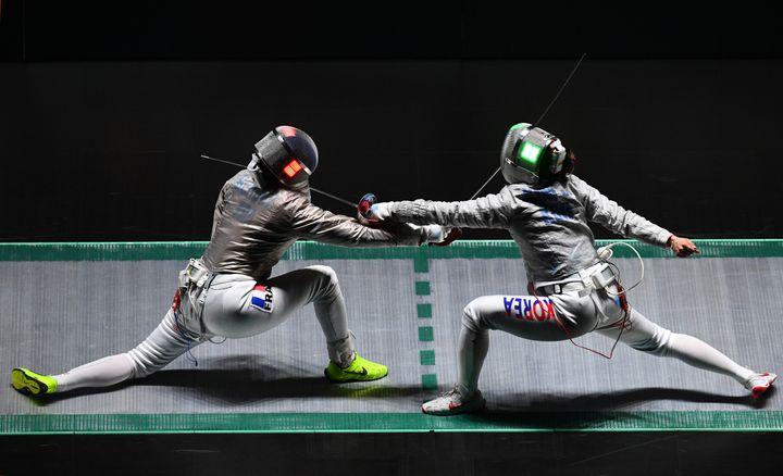 Cécilia Berder (à gauche) lors de la demi-finale contre la Corée. (JOHANNES EISELE / AFP)