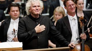 Simon Rattle lors de son premier concert en tant que chef d'orchestre de l'Orchestre Symphonique de Londres, en 2017. (TOLGA AKMEN / AFP)