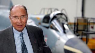 Serge Dassault, devant un Mirage 2000, à Mérignac, le 12 juillet 2004. (CAROLINE BLUMBERG / MAXPPP)