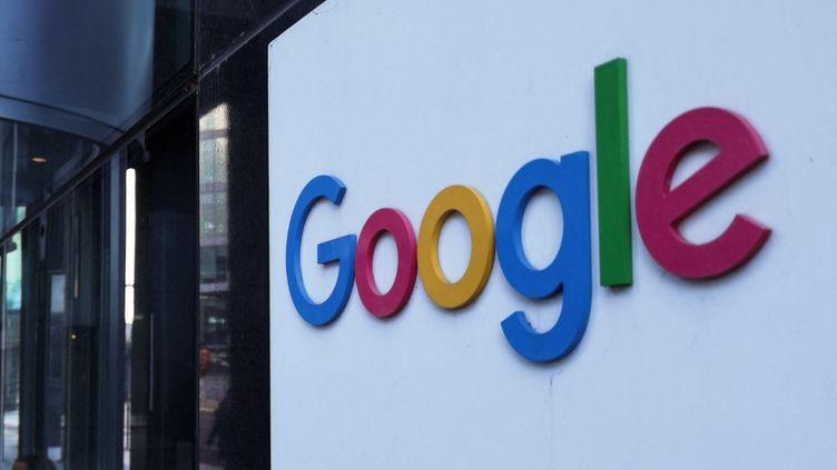 Le logo de Google devant le siège européen de l'entreprise, le 8 mai 2021 à Dublin (Irlande). (ARTUR WIDAK / NURPHOTO)