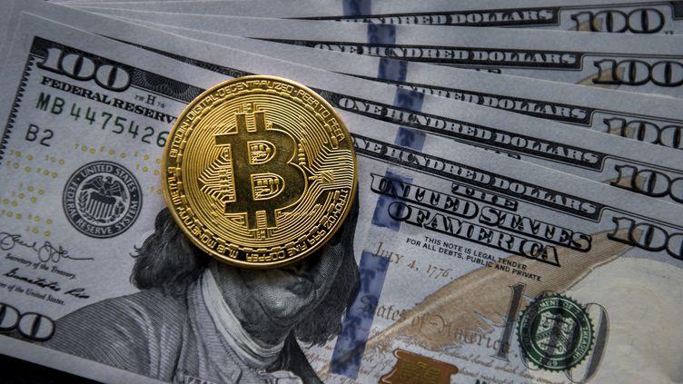 Une pièce de bitcoin à Hong Kong, le 1er janvier 2017. (STUDIOEAST / GETTY IMAGES ASIAPAC)