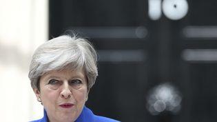 Theresa May devant ses bureaux du 10 Downing Street, à Londres (Royaume-Uni), le 9 juin 2017. (JONATHAN BRADY / AP / SIPA)