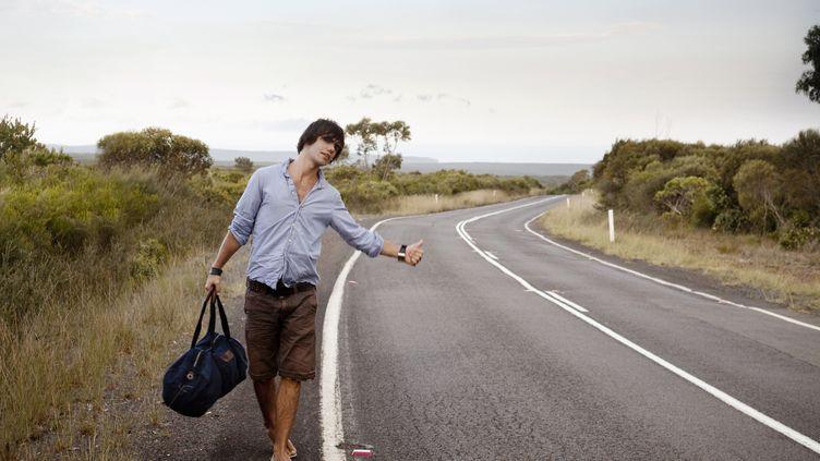 Alors que ce moyen de transport était à la mode il y a quarante ans, aujourd'hui, les adeptes du pouce levé sont beaucoup plus rares sur le bord des routes. (KENT MATHEWS / GETTY IMAGES)