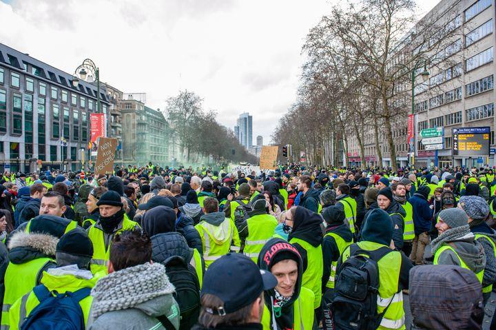 """Des """"gilets jaunes"""" manifestent à Bruxelles, la capitale belge, le 8 décembre 2016. (ROMY ARROYO FERNANDEZ / NURPHOTO / AFP)"""