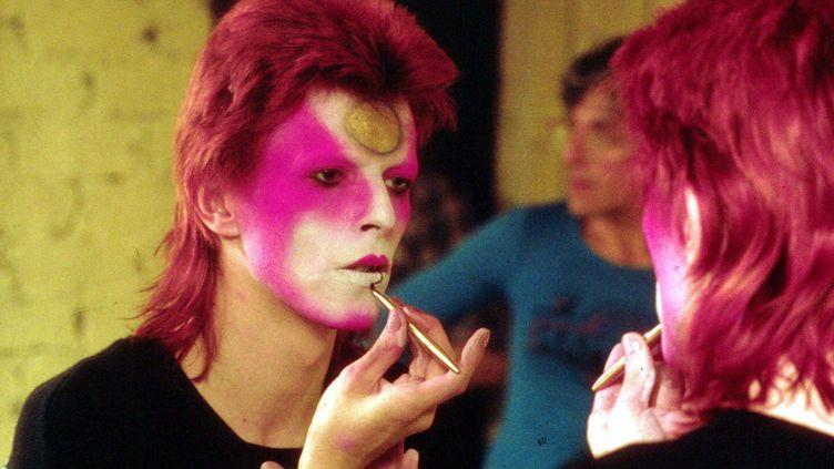 David Bowie en train de se maquilleren son alter ego Ziggy Stardust en mai 1973. (R BAMBER / REX FEATURES/REX/SIPA / REX)