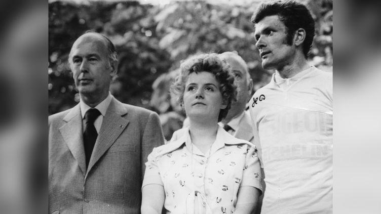 Bernard Thévenet (avec son épouse) reçoit le Maillot jaune des mains du président de la République, Valéry Giscard d'Estaing, sur le Tour 1975. (KEYSTONE/HULTON ARCHIVE VIA GETTY IMAGES)