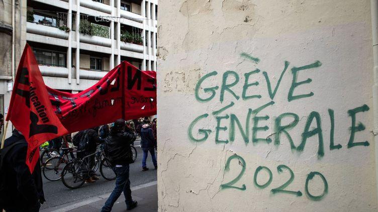 Des manifestants contre le projet de réforme des retraites, à Paris, mardi 14 janvier 2020. (JEROME GILLES / NURPHOTO / AFP)