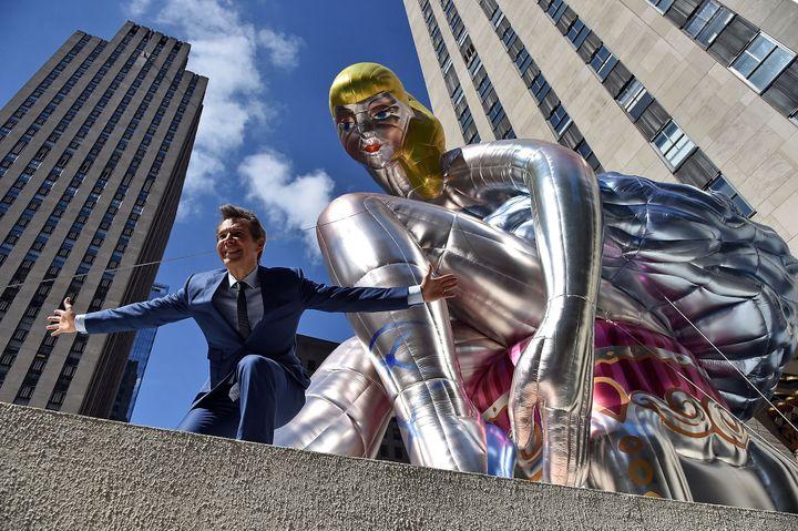 Jeff Koons pose à côté de sa statue gonflable géante.  (Mike Coppola / GETTY IMAGES NORTH AMERICA / AFP)