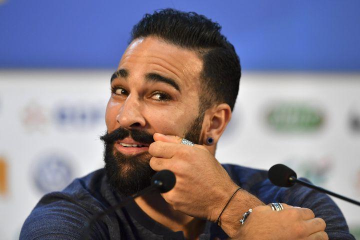 Adil Rami évoque sa moustache lors d'une conférence de presse de l'équipe de France, le 4 juillet 2018 à Istra, en Russie. (YURI CORTEZ / AFP)