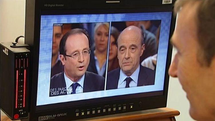 Brice Teinturier, directeur général délégué d'Ipsos, regarde un extrait du débat entre François Hollande et Alain Juppé, le 27 janvier 2012 à Paris. (FTVi / FRANCE 2)
